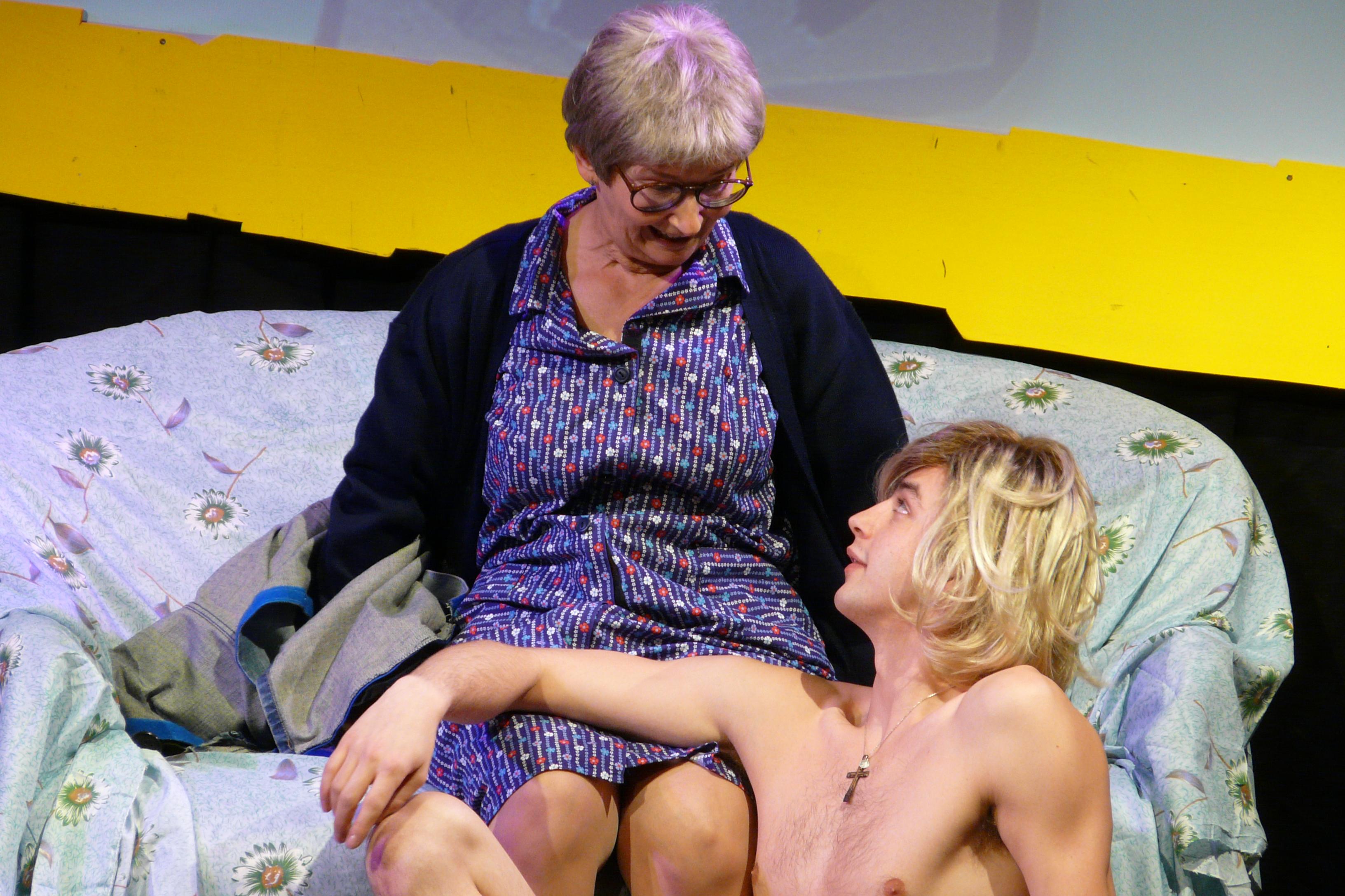 Frau Blaha bekommt zu Weihnachten einen Nacktputzboy