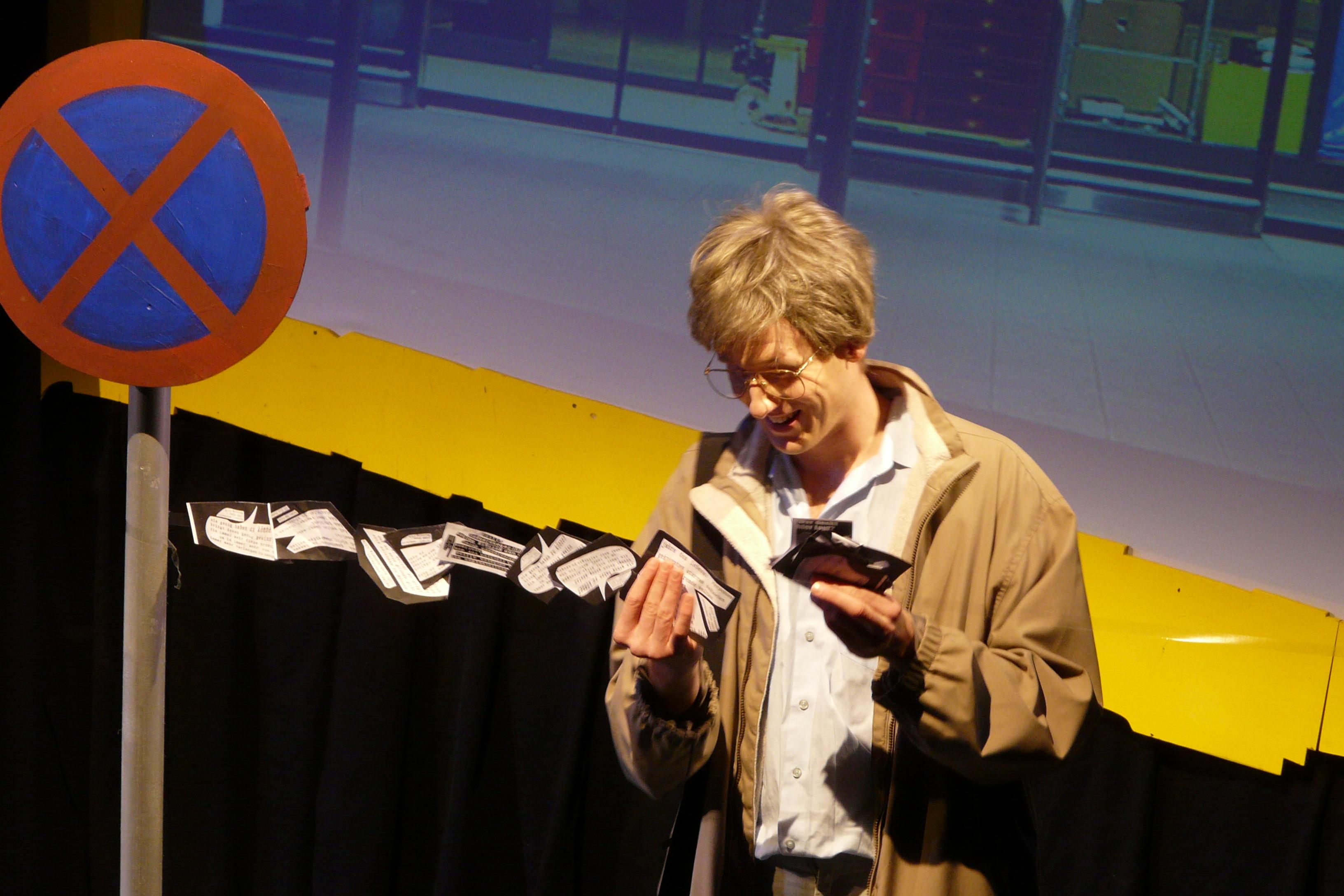 Helmut Seethaler klebt Gedichte