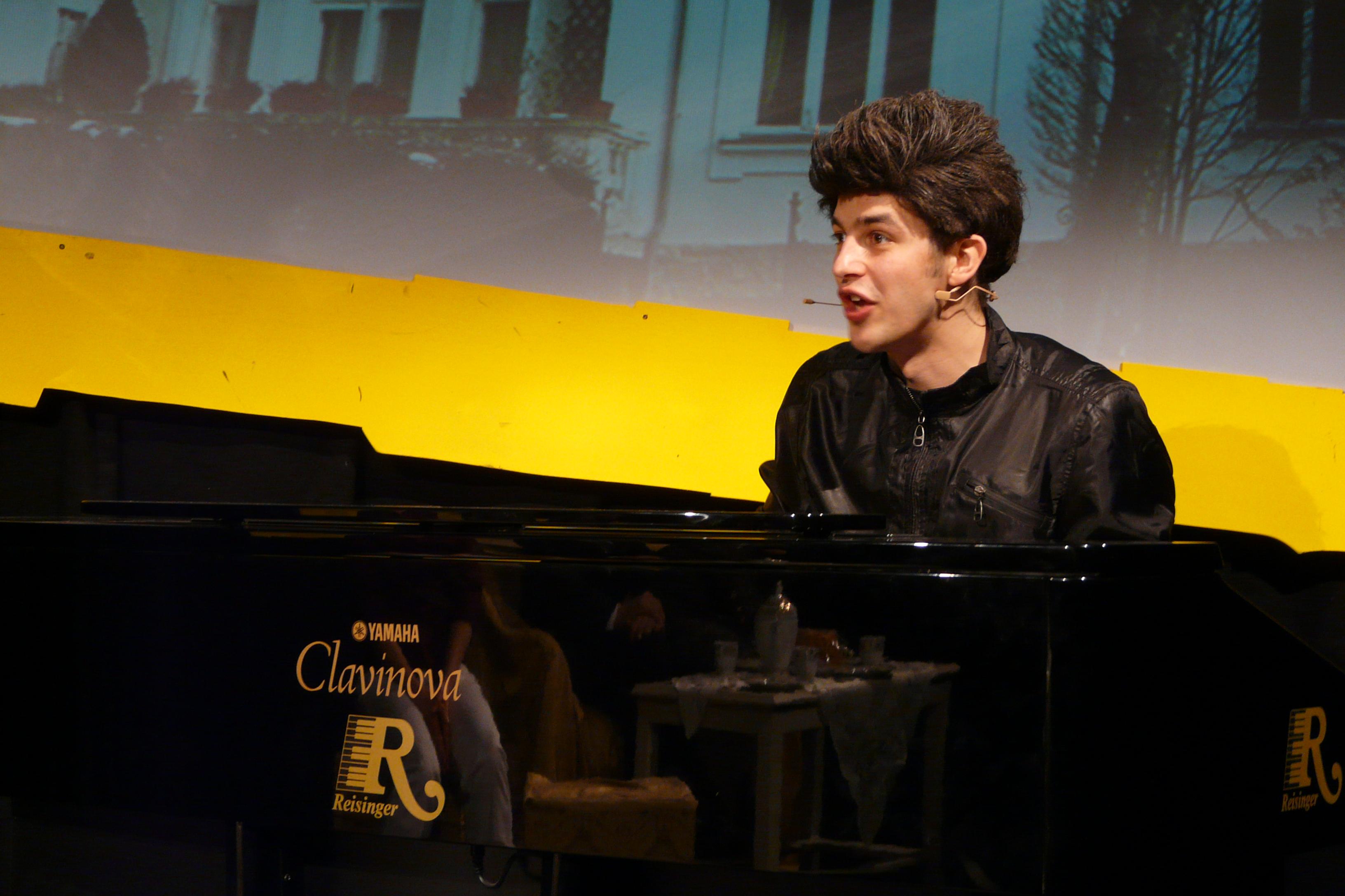 Emre am Klavier